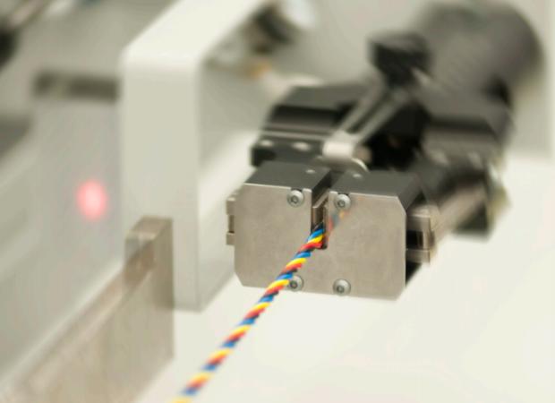Komax bt 188 T - Станок для скрутки проводов: процесс работы крупным планом