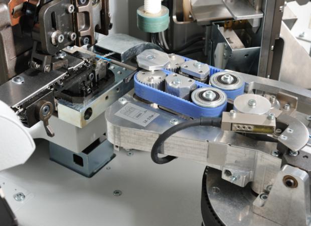 Komax Gamma 263 S - автоматическая линия для обработки проводов: механизм крупным планом