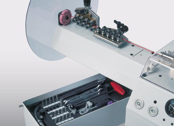 Komax Gamma 333 PC – станок для автоматической обработки провода: рабочий механиз крупным планом