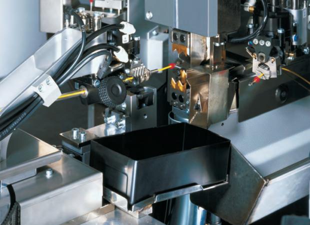 Komax Alpha 433 H – станок для комплексной обработки проводов больших сечений: крупный план процесса работы