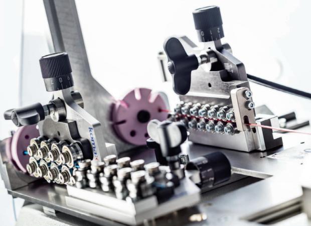 Komax Alpha 550 - автоматическая линия для двухсторонней опрессовки и установки уплотнителя: рабочий процесс