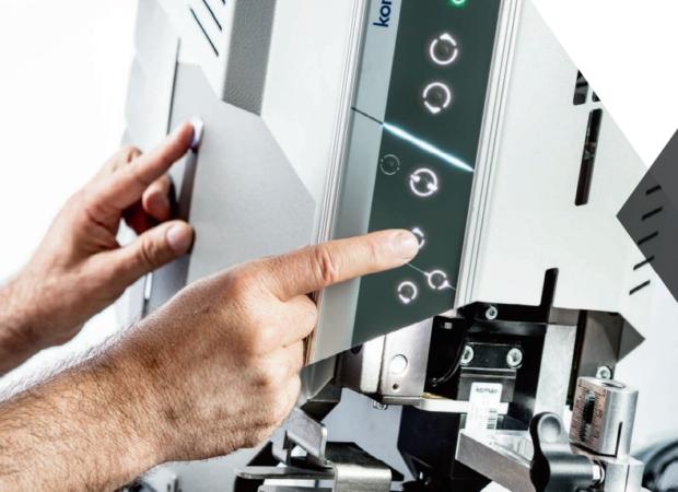 Komax Alpha 550 - автоматическая линия для двухсторонней опрессовки и установки уплотнителя: кнопки управления