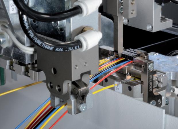 Станок для комплексной обработки проводов с установки провода в соединитель с одной стороны Komax Zeta 651: процесс работы