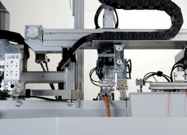 Станок для комплексной обработки проводов с установкой провода с одной стороны Komax Zeta 651: процесс работы