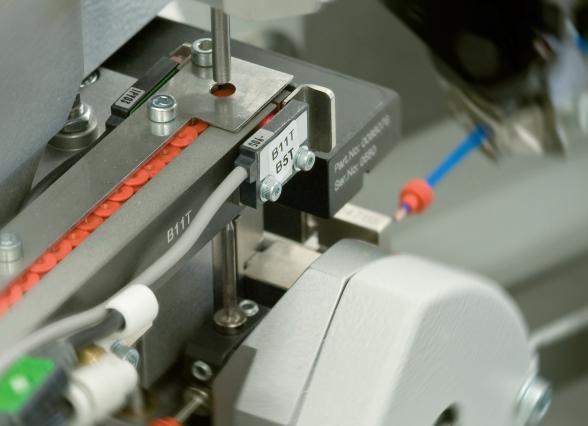 Komax mci 765C – модуль надевания резинового уплотнителя на провод: процесс работы