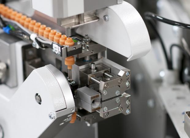 Komax mci 765C – модуль надевания резинового уплотнителя на провод: рабочий процесс крупным планом