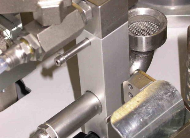 Komax ioc 785 - устройство для флюсования и лужения провода: рабочие детали крупным планом