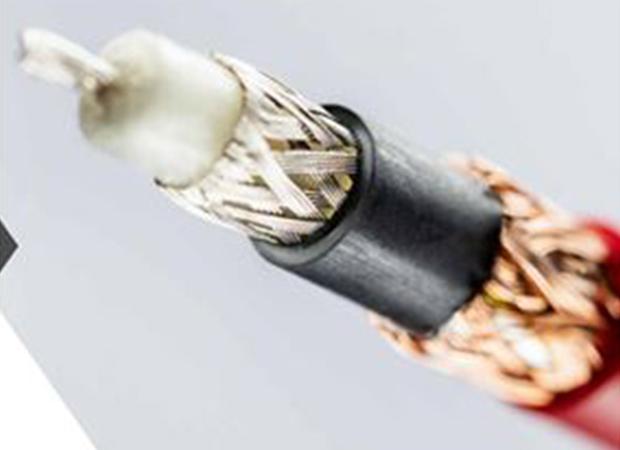 Komax Mira 440/440SF - Программируемые установки для зачистки: провод крупным планом