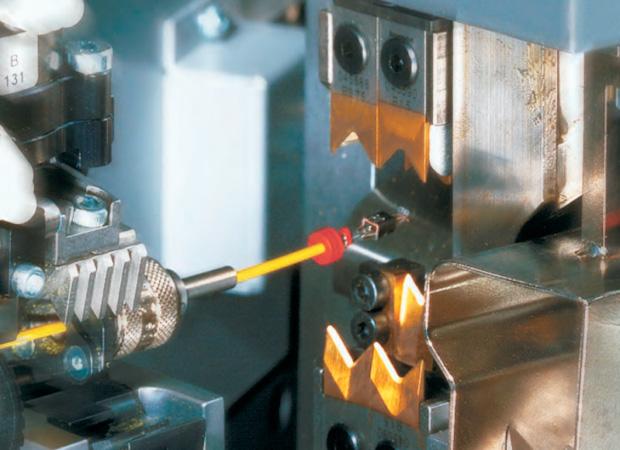 Komax Alpha 433 H – станок для комплексной обработки проводов больших сечений: провод в обработке