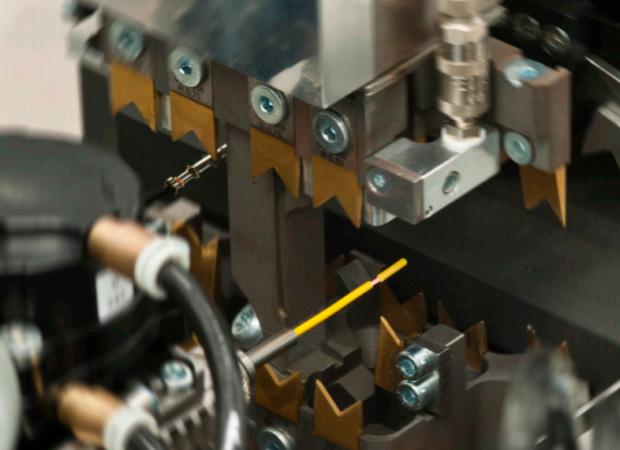 Komax Alpha 477 – станок для автоматической обработки проводов, производства спарок: процесс обработки провода