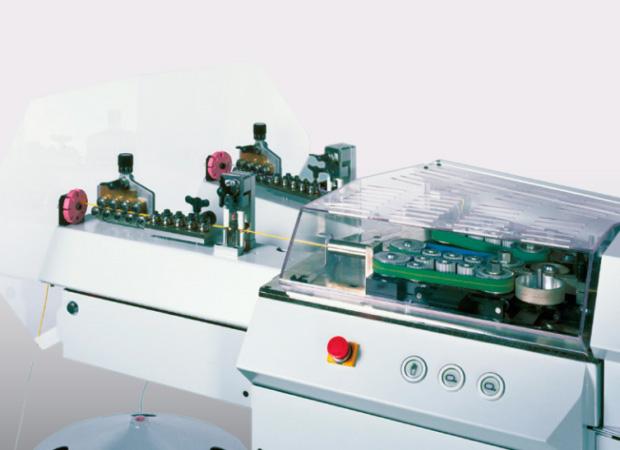 Komax Alpha 477 – станок для автоматической обработки проводов, рабочий механизм крупным планом