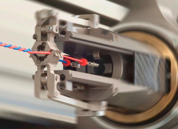 Komax Alpha 488 S – высокопроизводительный станок для скрутки проводов: процесс работы