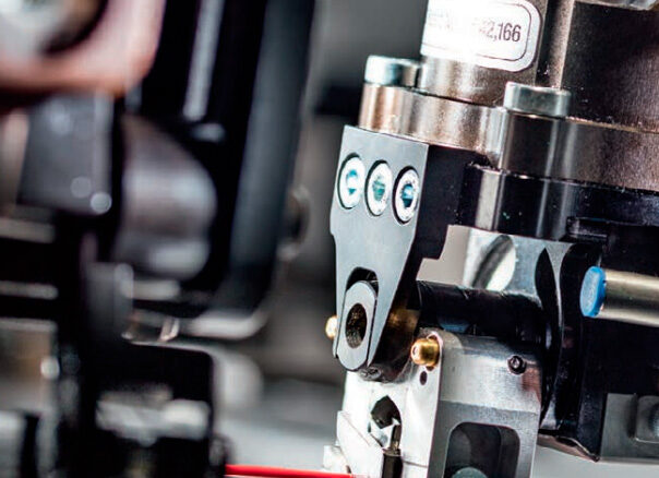 Komax Alpha 550 - автоматическая линия для двухсторонней опрессовки и установки уплотнителя: фото механизма